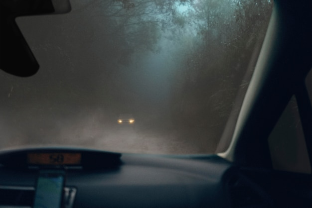 Mysterieuze scène met auto's 's nachts
