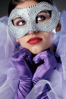 Mysterieuze vrouw met carnavalmasker
