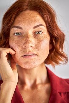 Mysterieuze vrouw met rood haar camera kijken, jonge dame met natuurlijke schoonheid, met doordringende blik