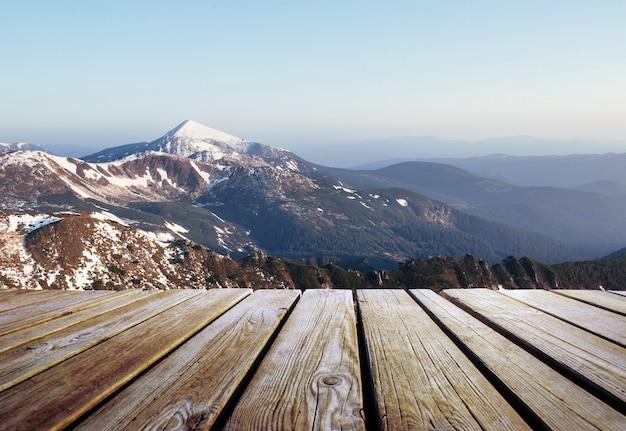 Mysterieuze winterlandschap majestueuze bergen in de winter en armoedige tafel