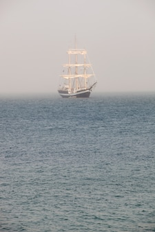 Mysterieuze zeilschip omgeven mist