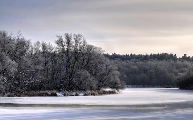 Mystiek betoverend winterlandschap