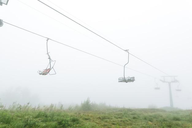 Mystieke lege stoeltjeslift in de mist