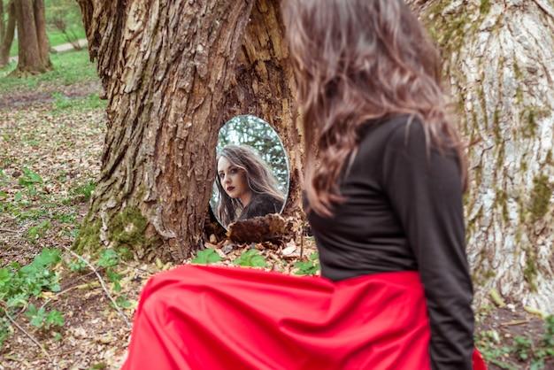 Mystieke vrouw kijkt in de spiegel