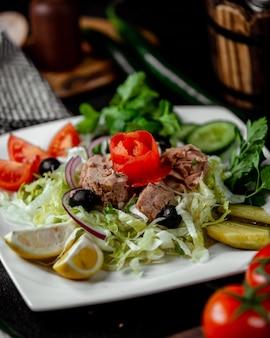 Ñ abbage salade gegarneerd met vlees
