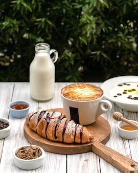 Ñ roissants geserveerd met een kopje koffie