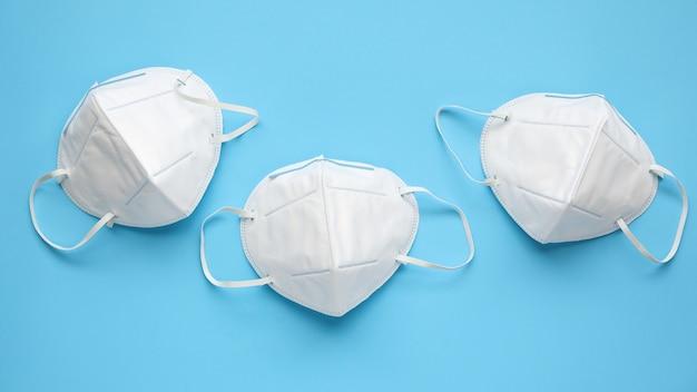 N95 gezichtsmasker op blauwe achtergrond bescherming tegen pm 2.5 vervuiling en covid-19 coronavirus. gezondheidszorg en medisch concept