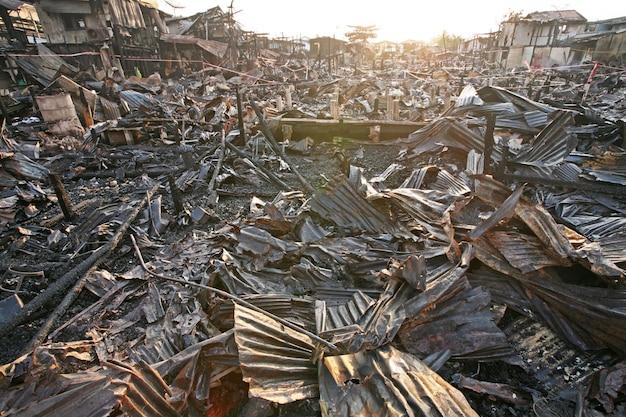 Na brand bij krottenwijk in bangkok, thailand