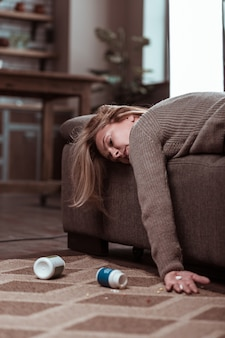 Na het innemen van medicatie. blondharige rijpe vrouw pleegt zelfmoord na te veel medicatie
