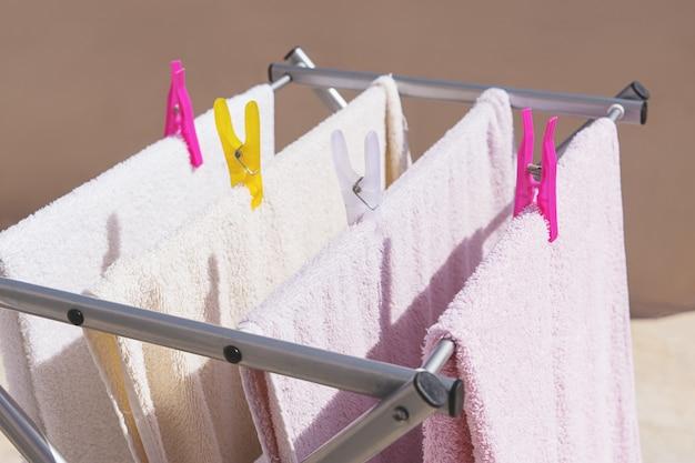 Na het wassen schone kleding drogen