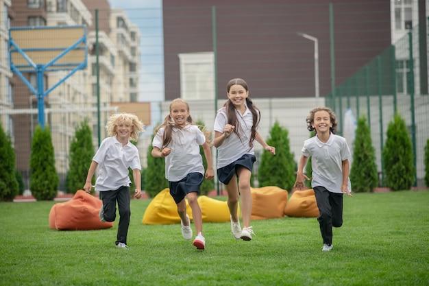 Na school. groep kinderen rennen en kijken opgewonden