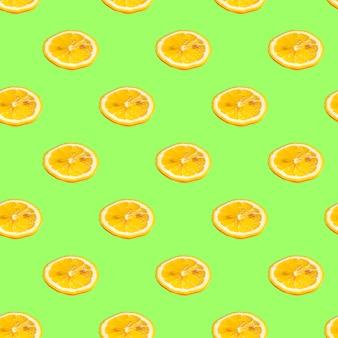 Naadloos patroon met citroenplakken op een saladeachtergrond. minimale isometrische textuur van voedsel.