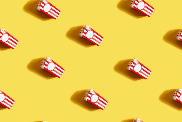 Naadloos patroon met doos met popcornogen als halloween