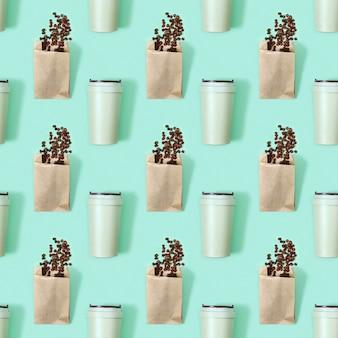 Naadloos patroon met herbruikbare eco koffiekopje en gebrande koffiebonen in papieren verpakking