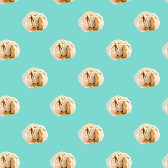Naadloos patroon met knoflook op een blauwe achtergrond. minimale isometrische textuur van voedsel.