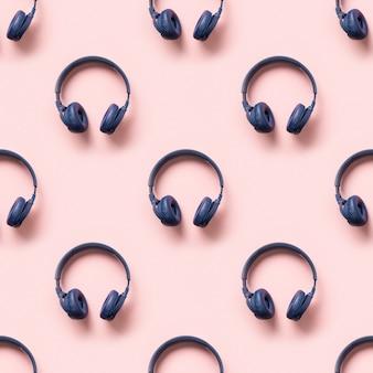 Naadloos patroon van blauwe draadloze hoofdtelefoons op roze