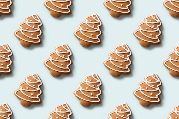 Naadloos patroon van decoratieve koekjes in de vorm van een kerstboom