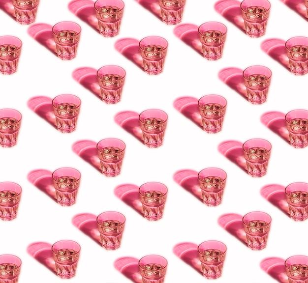 Naadloos patroon van roze glazen met schaduw die op witte achtergrond wordt geïsoleerd