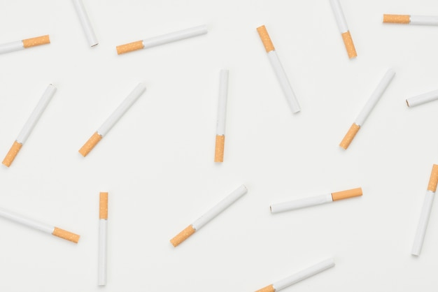 Naadloos patroon van sigaretten op witte achtergrond