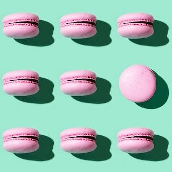 Naadloos regelmatig creatief patroon van kleurrijke franse koekjesmacarons