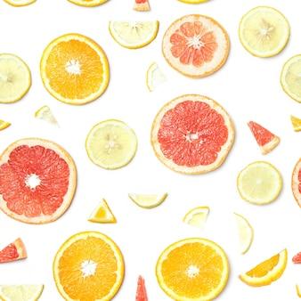 Naadloos voedselpatroon. citrus plakjes geïsoleerd op een wit oppervlak