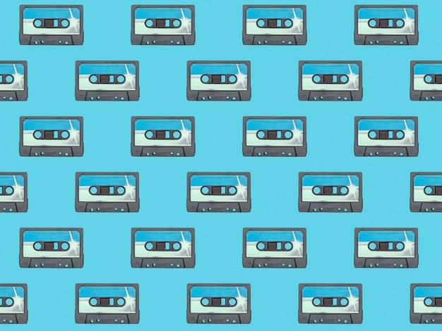 Naadloze patroon van blauwe cassettes op een blauwe achtergrond.