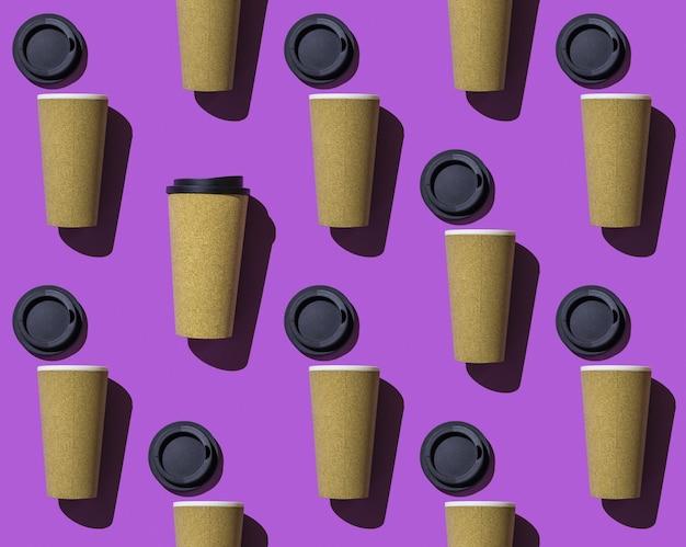 Naadloze patroon van open papieren bekers met koffie en één gesloten