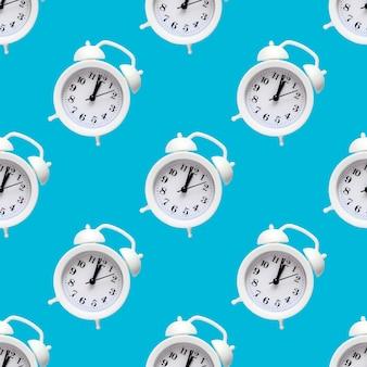 Naadloze patroon van witte wekker op kleurrijke rug. trendy minimalistische stijl. schoonheid en mode