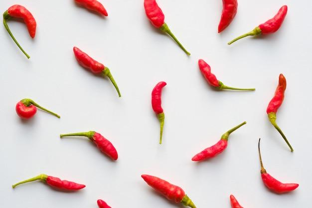 Naadloze spaanse pepers rode kleur op witte achtergrond