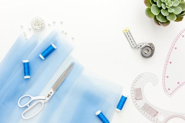 Naai-accessoires en naaibenodigdheden. klosjes draad, schaar en centimeter
