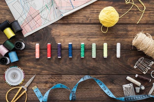 Naai benodigdheden rond kleurrijke draden