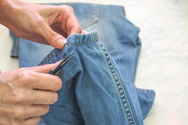Naai de jeans met de hand in de naaiatelier. kleermakersbedrijf