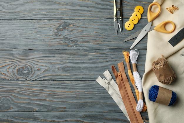 Naaibenodigdheden op grijze houten