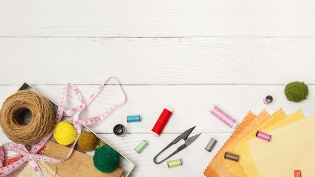 Naaien achtergrond. accessoires voor handwerk op oude houten achtergrond.