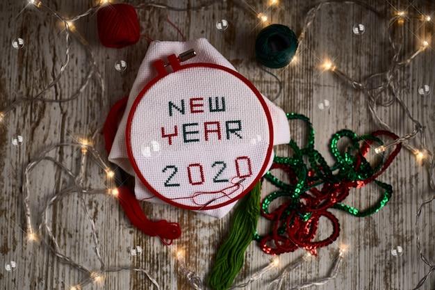 Naaien van gebruiksvoorwerpen met de woorden nieuwjaar en 2020