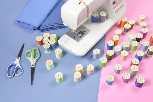 Naaimachine en kleurrijke draadrollen voor naaien, het naaien en handwerkconcept.
