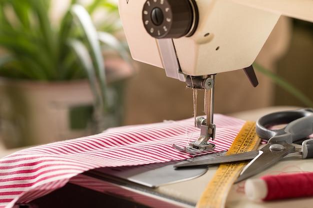 Naaimachine. hobby naaien stof als een klein bedrijfsconcept.