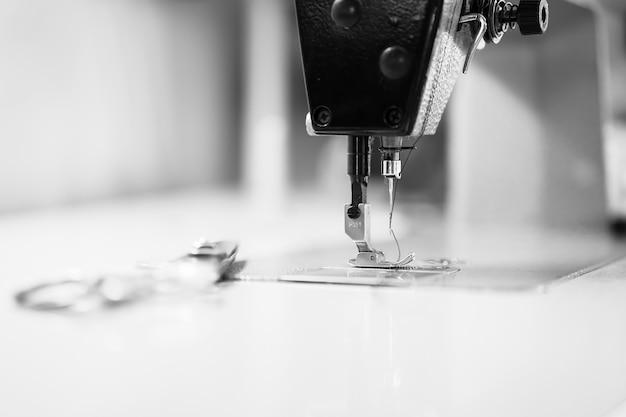 Naaimachine. kleren naaien om een zwart pak te maken.
