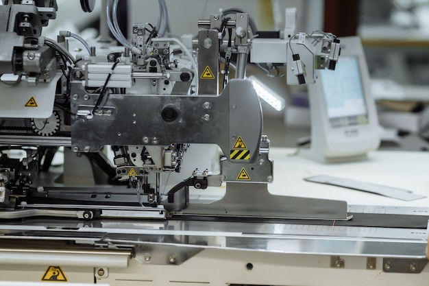 Naaimachine krabbelende stof. maatwerk in de fabriek.