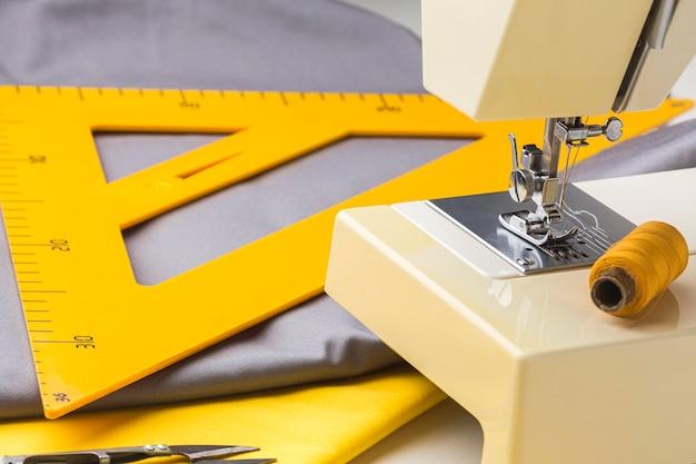 Naaimachine met draad en stof