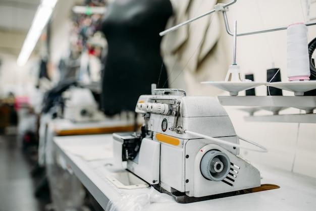 Naaimachine op kledingfabriek, niemand. kleermakerij, uitrusting op kledingstof, kleermakerij