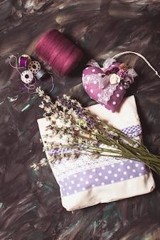 Naaipakketten - speldenkussen met naalden, draad en lavendelzakje