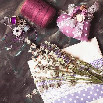 Naaisets - speldenkussen met naalden, draad en lavendelzakje