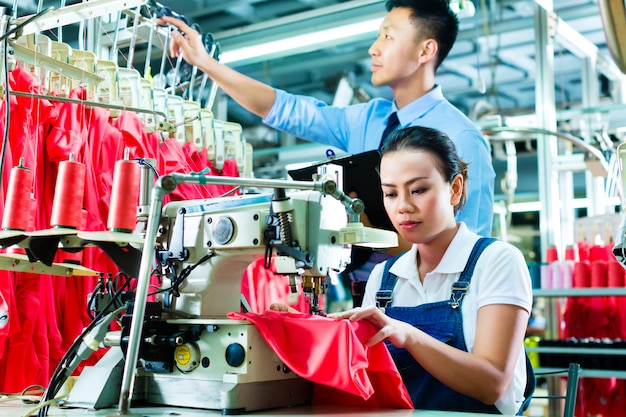 Naaister en ploegleider in textielfabriek