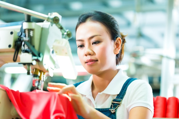 Naaister in een chinese textielfabriek