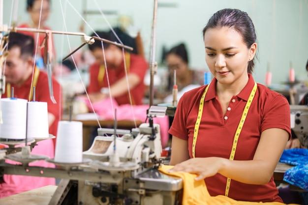 Naaister in textielfabriek naaien met industrieel naaien