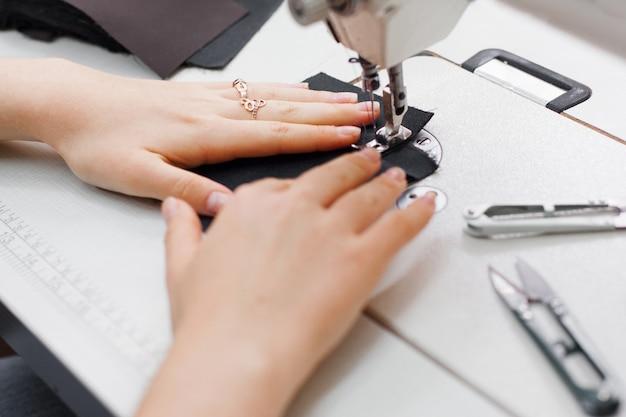 Naaister naaimachine kleermaker handwerk kledingstuk apparatuur kleding workshop concept
