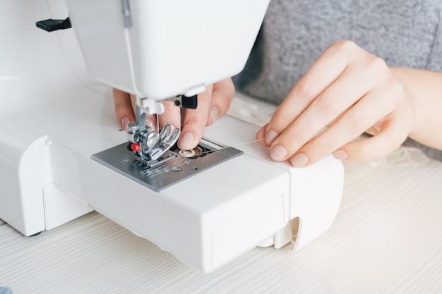 Naaister past de naaimachine aan om te werken