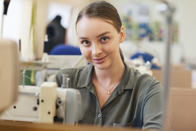 Naaister werken met naaimachine