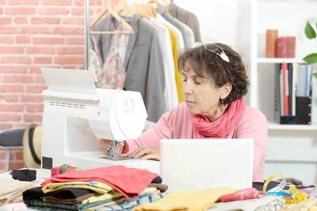 Naaisterzitting bij een naaimachine